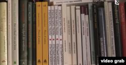 Imagine din documentarul France3, traduceri ale cărților scriitorului în casa sa