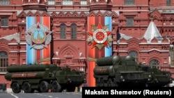 Військова техніка (комплекси С-400) на Красній площі в Москві, архівне фото, 2017 рік