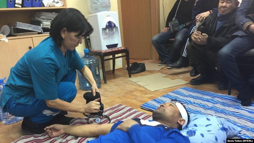Состояние здоровья проводящих голодовку нефтяников Казахстана ухудшилось