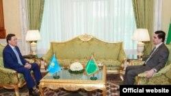 Қазақстан премьер-министрінің бірінші орынбасары Асқар Мәмин (сол жақта) Түркіменстан президенті Гурбангулы Бердімұхамедовпен кездесіп отыр. Ашғабад, 3 мамыр 2017 жыл.