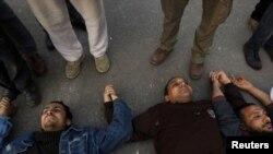 محتجون يضطجعون على أرضية ميدان التحرير في القاهرة