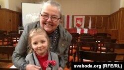Старшыня Рады БНР Івонка Сурвіла з маленькай дзяўчынкай Івонкай