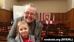 Старшыня Рады БНР Івонка Сурвіла зь дзяўчынкай Івонкай. Прага, 2013 год