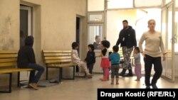 Венгрия менен Сербиянын чек арасындагы качкындар лагериндеги балдар