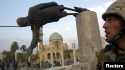 سقوط تمثال صدام بساحة الفردوس ببغداد في 9 نيسان 2003