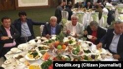 Известные деятели культуры Узбекистана на поминальном плове в память Ислама Каримова в ресторане «Навруз». Ташкент, 30 января 2017 года.