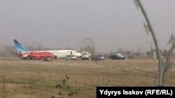 """22-ноябрда эрте менен Краcноярск-Ош багытындагы """"Боинг-737"""" учагы Ош аба майданына конуп жатып, тилкеден чыгып кеткен."""