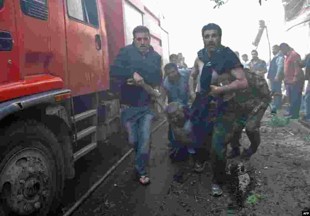 """На востоке Сирии в ожесточённых боях между соперничающими исламистскими повстанческими группировками 11 апреля погибли 68 человек. Как сообщил базирующийся в Великобритании Сирийский центр по наблюдению за правами человека, бои идут в окрестностях города Букамал в провинции Дейр эз-Зор вблизи иракской границы. Тамуже несколько недель продолжается вооружённое противостояние между бойцами группировок """"Исламское государство Ирака и Леванта"""" и связанной с """"Аль-Каидой"""" """"Фронт ан-Нусра"""". По данным активистов, с начала внутреннего конфликта в Сирии в марте 2011 года погибли около 150 тысяч человек."""