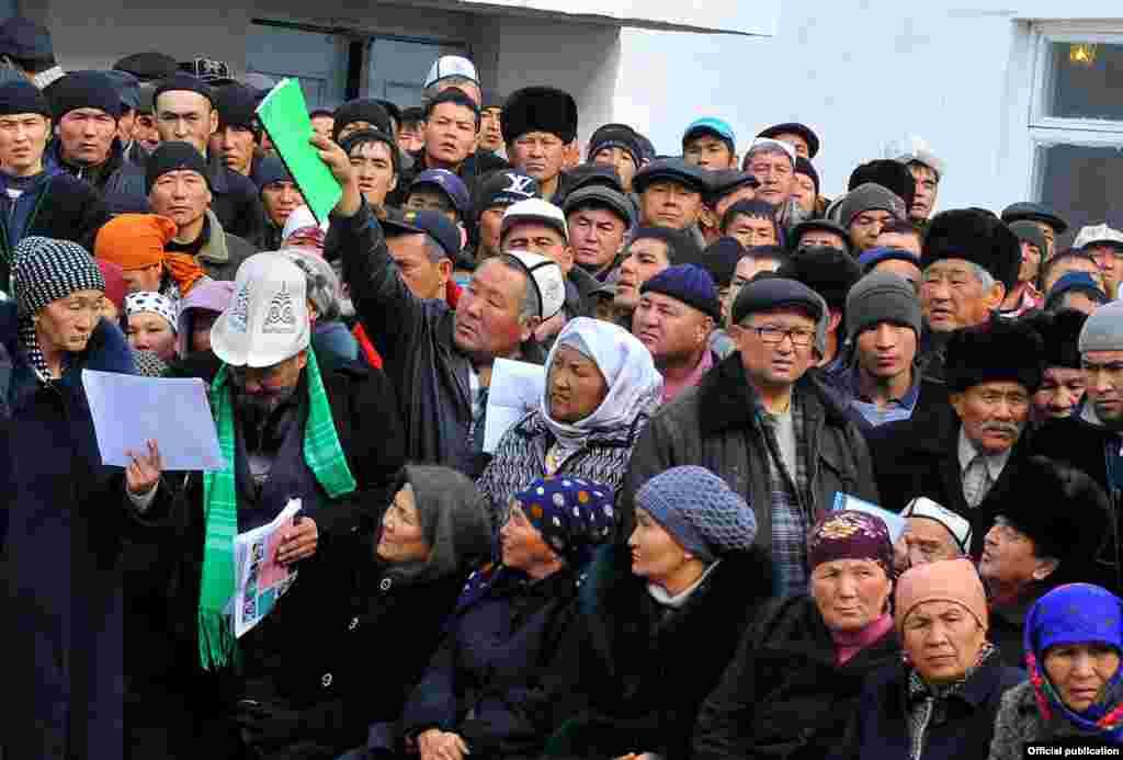 Во время обсуждения вопроса о строительстве дороги баткенцы подвергли сомнению профпригодностьзанимающихся приграничными вопросамигосслужащих в Бишкеке и призвали брать на работу только толковых и знающих регион специалистов.