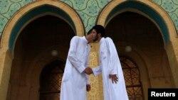Мусульмане-сунниты приветствуют друг друга после молитвы в мечети. Багдад, 8 августа 2013 года.