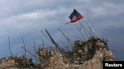 Флаг сепаратистов на разрушенном мемориале Великой Отечественной войны под Донецком