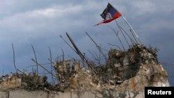 پرچم تجزیهطلبان هوادار روسیه بر فراز آوار ساختمانی در دونتسک