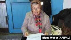 Пенсионерка Надежда Горчицына показывает письма, которые она писала властям, в том числе и в администрацию президента и премьер-министру в 2015 году. Темиртау, 6 сентября 2018 года.