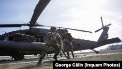 Soldați români și americani în cadrul unor exerciții ale NATO la baza Mihail Kogălniceanu