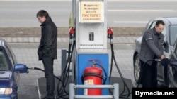 Водители заправляют автомашины бензином на автозаправочной станции. Иллюстративное фото.