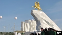 Открытие памятника президенту Гурбангулы Бердымухаммедову. Ашгабат, 25 мая 2015 года.
