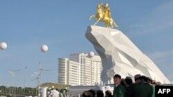 Церемония открытия первого памятника президенту Туркменистана Гурбангулы Бердымухамедову. Ашгабат, 25 мая 2015 года.
