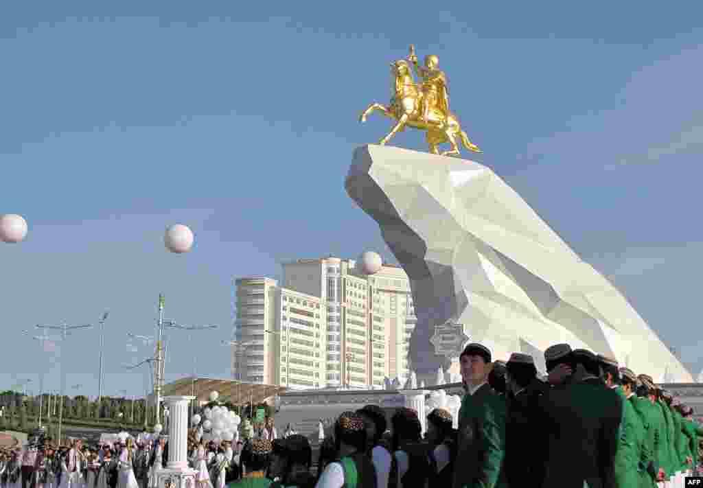 Втім, світ часом буває несправедливий. Президенту ТуркменистануГурбангули Бердимухамедову поставили в Ашгабаді прижиттєвий золотий пам'ятник, а він набрав на виборах 2012 року менше голосів, ніж Назарбаєв – всього-навсього97,14%.