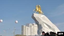 Гурбангулы Бердымухаммедовдун ат минген эстелиги 25-майда ачылды.