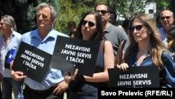 Sa protesta ispred RTCG-a u trenutku kada je smijenjena Andrijana Kadija, Podgorica, 7. juni 2018.public service, June 7, 2018.