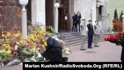 Президент Петро Порошенко кладе квіти біля посольства Франції у Києві, 14 листопада 2015 року