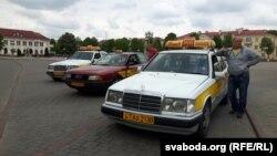 Машыны фірмы «Ніка-таксі 22222» у горадзе падчас працы
