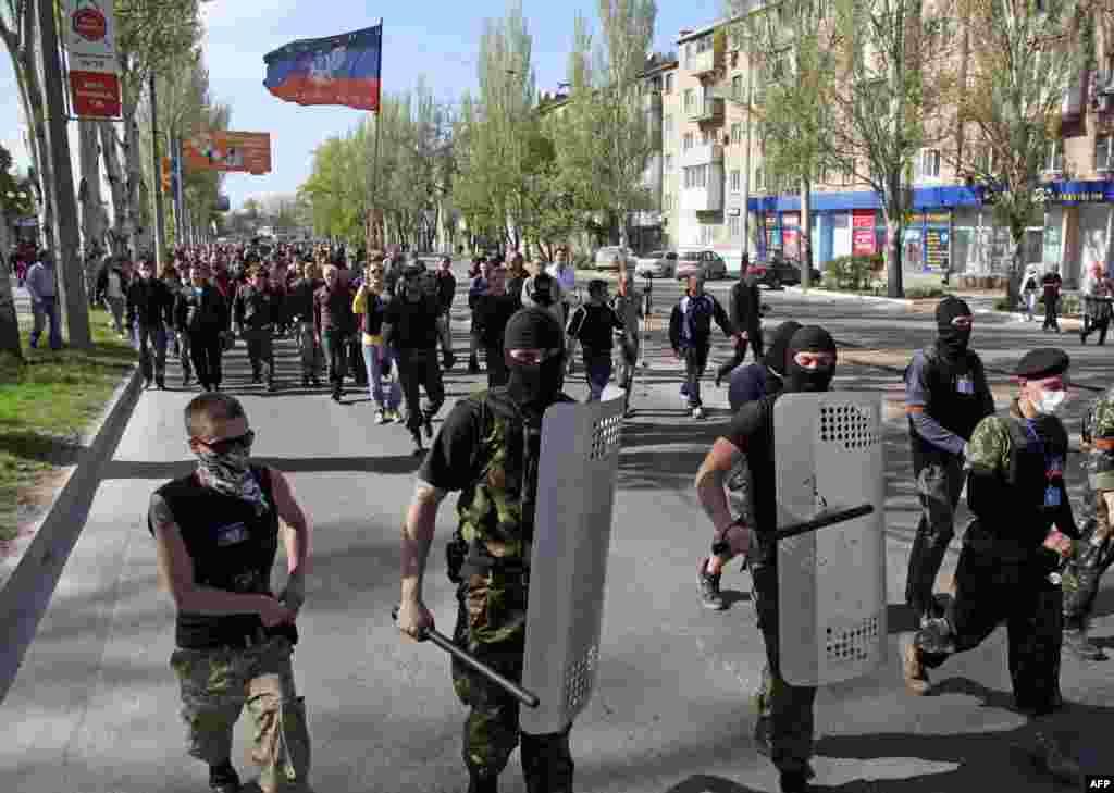 Проросійські активісти йдуть захоплювати телецентр у Донецьку, 27 квітня 2014 року