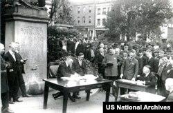 Ispan epidemiýasy wagtynda San-Fransiskoda açyk asmanyň aşagynda geçirilýän sud diňlenişigi. Muny dymyk jaýda köp adamyň ýygnanmazlygy üçin edipdirler. Photo:US National Archives