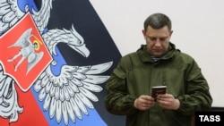 Александр Захарченко получает паспорт