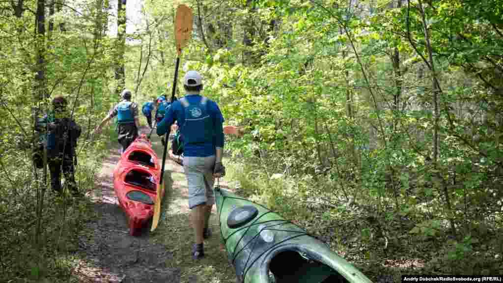Наземный участок тоннеля частично затоплен водой, поэтому туда репортеры отправились на лодках, которые периодически приходилось тянуть волоком через лес.