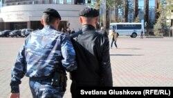 """""""Тасмағамбетов, тастама!"""" атты наразылық акциясына қатысқан тұрғынды полиция ұстап әкетіп барады. астана, 25 қыркүйек 2012 жыл."""