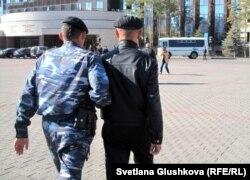Наразылық шарасына шығушыны әкетіп бара жатқан полиция. Астана, 25 қыркүйек 2012 жыл.