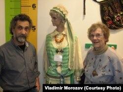 Джеки и ее сотрудник Расселл Серрианни в компании девушки в литовском национальном костюме
