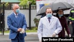 Președintele moldovean Igor Dodon (stânga) la ceremonia de primire a ajutoarelor umanitare din România. 7 mai 2020