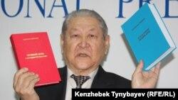 Бывший лидер оппозиционной Коммунистической партии Казахстана Серикболсын Абдильдин c книгами в руках на пресс-конференции. Алматы, 13 декабря 2011 года.
