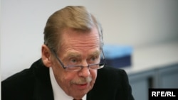 Vaclav Havel, the forum's founder, criticized what he called the United States' 'small compromises.' (file photo)