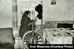 Бабця Алега Мяцеліцы ў сваёй хаце. Фота зь сямейнага альбома Мяцеліцаў