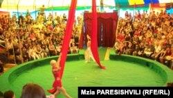 Маленький цирковой шатер с традиционными пестрыми полосками раскинулся на одной из центральных площадей г. Рустави