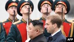 مراسم استقبال از کیم جونگ اون در شهر ولادی وستوک.