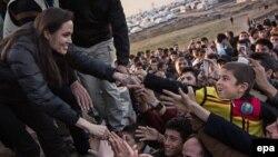 Анжелина Жоли ироқлик қочқинлар лагерида. 25 январь, 2015 йил.