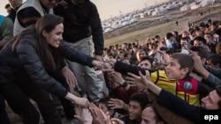 Анджелина Джоли во время встречи с беженцами-езидами