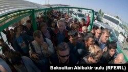 Қырғызстанмен шекарада Қазақстанға өту үшін кезекте тұрған адамдар. 13 қазан 2017 жыл.