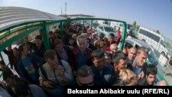 Очередь на границе Кыргызстана и Казахстана - люди ожидают досмотра, чтобы перейти на казахстанскую сторону. 13 октября 2017 года.