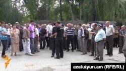 Հրազդանի ցեմենտի գործարանի աշխատակիցները բողոքի ակցիայի ժամանակ, 5-ը օգոստոսի, 2014 թ․