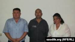 Заключенный правозащитник Азам Фармонов (в центре) с активистами правозащитного общества «Эзгулик».