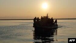 گروهی از پناهجویان در قایق آژانس ناظر بر مرزهای اتحادیه اروپا به جزیره لسبوس در یونان برده میشوند