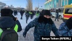 Брошенные на задержание участников мирного шествия силовики, а также представители прессы рядом с автозаками. 16 декабря 2019 года.