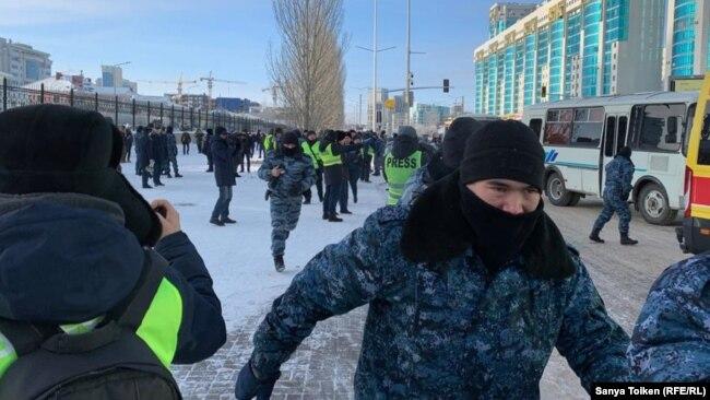 Полицейские проводят задержания в Нур-Султане. 16 декабря 2019 года.