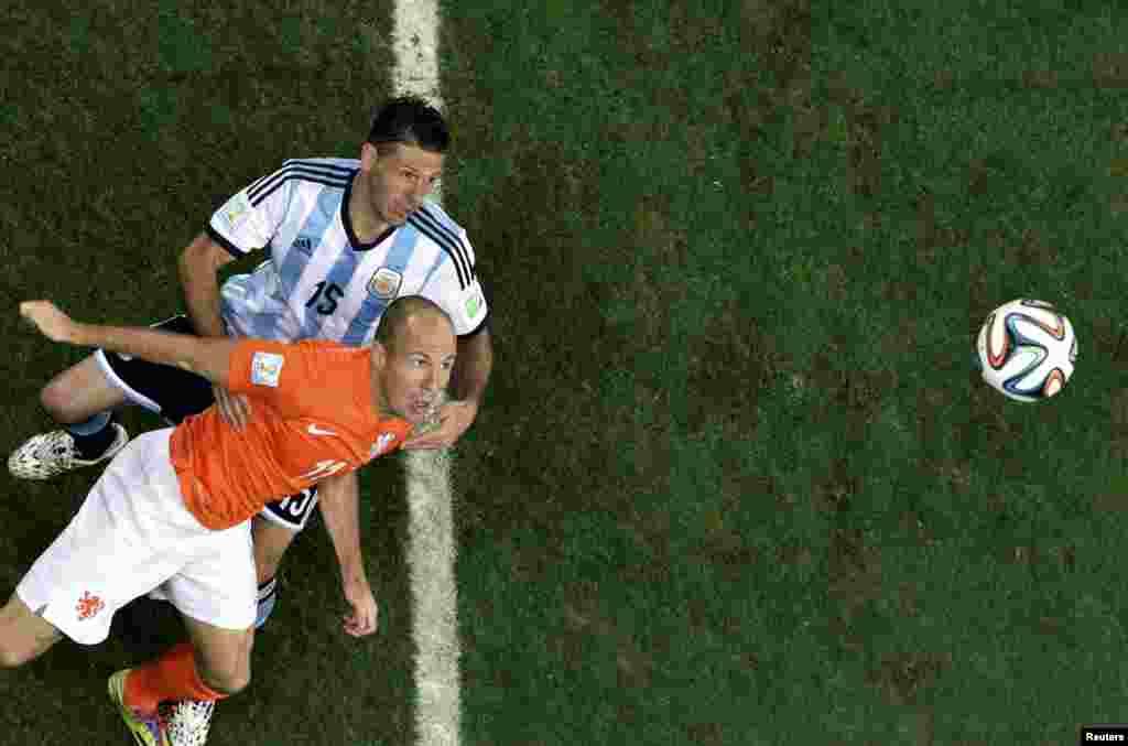 Hollandiya-Argentina – 2:4. Martin Demichelis vs. Arjen Robben.
