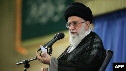 Իրանի հոգևոր առաջնորդ այաթոլա Ալի Խամենեին ելույթ է ունենում Թեհրանում, 17-ը օգոստոսի, 2015թ․
